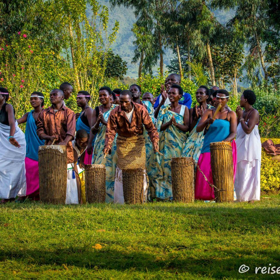 Unterhaltung einer einheimischen Tanz- und Musikgruppe um die Wartezeit bis zum Gorilla-Tracking zu verkürzen